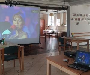 Biesiada muzyczna na dużym ekranie w Domu Pomocy Społecznej MBNP
