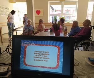 Celebracja urodzin Pani Danusi i karaoke w Domu Pomocy Społecznej MBNP