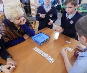 Spotkanie integracyjne Seniorów z DDP z dziećmi ze Szkoły Podstawowej Skała. Wspólne kolędowanie