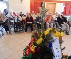 Wspólne kolędowanie i strojenie choinki z dziećmi ze SP Europejczyk w Domu Pomocy Społecznej MBNP