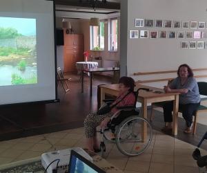 Wspólne śpiewanie i projekcja filmowa w Domu Pomocy Społecznej MBNP