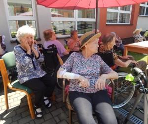 Zabawa taneczna i letnie grilowanie w Domu Pomocy Społecznej MBNP